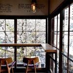 窓からは満開の桜!人と人をつなぐ憩いの場 ― 中目黒のカフェ「ONIBUS COFFEE(オニバスコーヒー)」